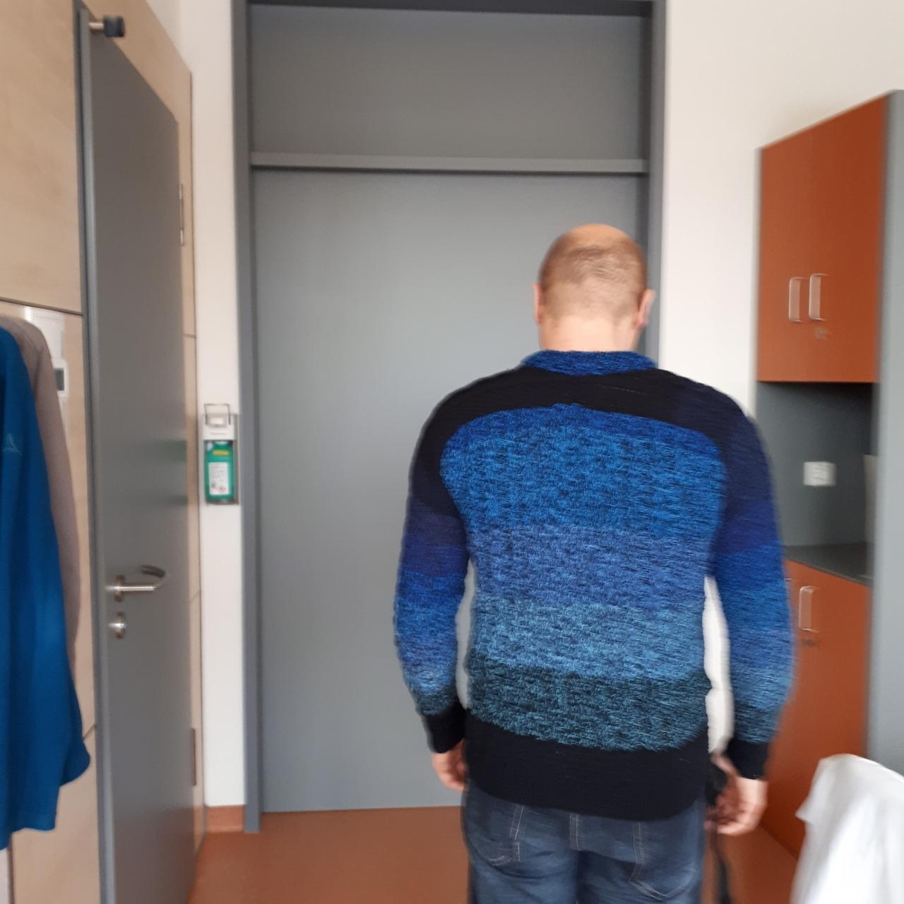 Dirk in seinem Pullover von hinten